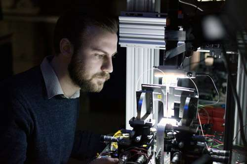 المؤلف الرئيسي للدراسة فيليب سيبسون Philip Sibson في المختبر. حقوق الصورة: University of Bristol