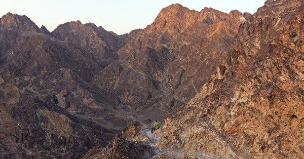 وفقًا لهذا العالِم فإن الصخور المتواجدة في عمان مميزة للغاية. إنها تزيل ثنائي أكسيد الكربون الناتج عن الاحتباس الحراري وتحوله إلى صخور. نظريًا، يمكن لهذه الصخور تخزين انبعاثات ثنائي أكسيد الكربون الناتج عن البشر لمئات السنين. تخزين أيسر جزء من ثنائي أكسيد الكربون سيكون صعبًا، ولكن ليس مستحيلًا. حقوق الصورة: Peter B. Kelemen, a Columbia University geologist, near Muscat, Oman.