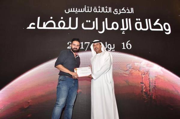 عضو الفريق العلمي في مبادرة ناسا بالعربي حازم سيجري مع الدكتور محمد ناصر الأحبابي مدير وكالة الإمارات للفضاء