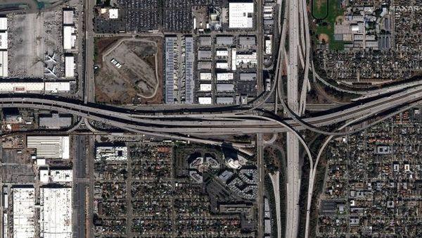 تقاطع الطريق السريع 405 مع الطريق I-105 في لوس أنجلوس في كاليفورنيا، في 29 نوفمبر/تشرين الثاني 2019.