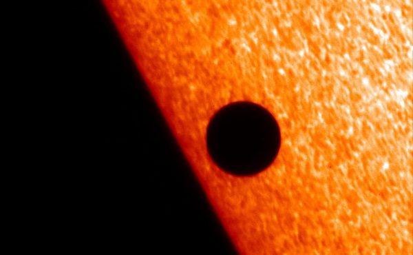 تيليسكوب هينود العامل بنطاق الأشعة الحمراء Hinode X-ray التابع لناسا يلتقط صورة لعطارد أثناء مروره مقابل هالة الشمس في تشرين الثاني/ نوفمبر2006 ويمكن رؤية مشاهد مشابهة في ضوء H-alpha. ( وهو خط طيفي مرئي عميق أحمر يحدث حين تنتقل الإلكترونات في الهيدروجين من سوية طاقية مرتفعة إلى سوية طاقية منخفضة ضمن مستوياتها الطاقية الأكثر انخفاضا). Credit: NASA