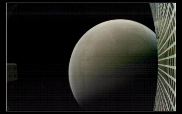 بعد تبادل الإشارات المباشرة أثناء هبوط مركبة إنسايت على المريخ في 26 تشرين الثاني/نوفبمر 2018 أرسل القمر الصناعي المكعب MARCO B صورة أخيرة للكوكب والتي التقطت من على بعد 4700 ميل (7600 كم) من الكوكب الأحمر. حقوق الصورة: NASA/JPL