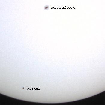 يظهر عطارد في هذه الصورة بعد مروره من أمام قرص الشمس بفترة قصيرة، كما نرى في أعلى الصورة بقعة شمسية تظهر بوضوح أثناء فترة عبور عطارد. المصدر: R Brodbeck und M. Pesendorfer.