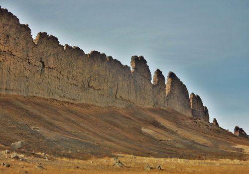 """يظهر في الصورة """"شيبروك"""" وهي منطقة بطول 10 متر لها مواصفات الأحرف في شمال غربي نيو مكسيكو تشكلت نتيجة الحمم البركانية التي ملأت صدعًا تحت الأرض، وقاومت عمليات الحت والتآكل (erosion) بشكل أفضل من محيطها المجاور. مصدر الصور: NASA."""