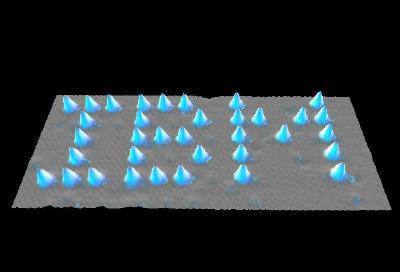 يمكن وضع الذرات في أماكن معينة على سطح ما، باستخدام طرف الماسح النفقي، وبذلك يتم خلق نمط مخصص على السطح