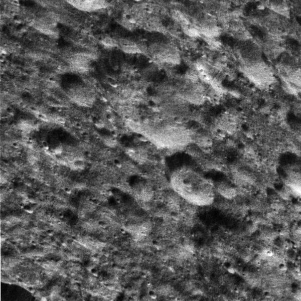 هذه الصورة من مركبة الفضاء كاسيني التابعة لوكالة ناسا تبين التضاريس على قمرِ ديوني التابع لزحل وهي مضاءةٌ بالكامل بفعل الضوء المنعكس من زحل و الذي يسمى بضوء زحل (Saturnshine).