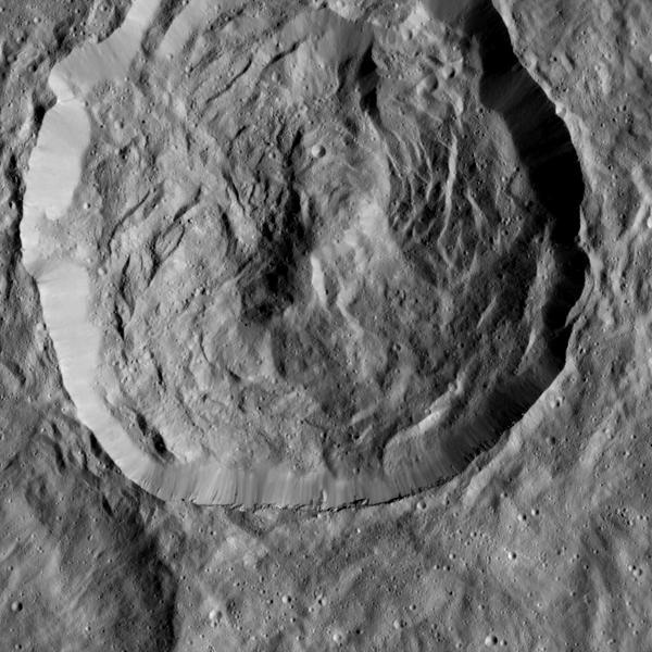 تظهر صورة مركبة داون فوهة سيرين وهي مغطاة بالمنحدرات الحادّة والقمم والتي سميّت بالمنحدرات (خنادق) scarps بتاريخ 23 ديسمبر/كانون الأول عام 2015، وقد يكون سبب هذه التشكّلات هو تحطم جزء من الفوهة أثناء تشكلها، والطبيعة منحنية الأضلاع لهذه الخنادق تشبه أرضية فوهة ريسيلفيا Rheasilvia، وهي الفوهة الضخمة على كويكب فيستا Vesta الذي استكشفته مركبة داون بين 2011 و 2012 مصدر الصورة: NASA/JPL-Caltech/UCLA/MPS/DLR/IDA