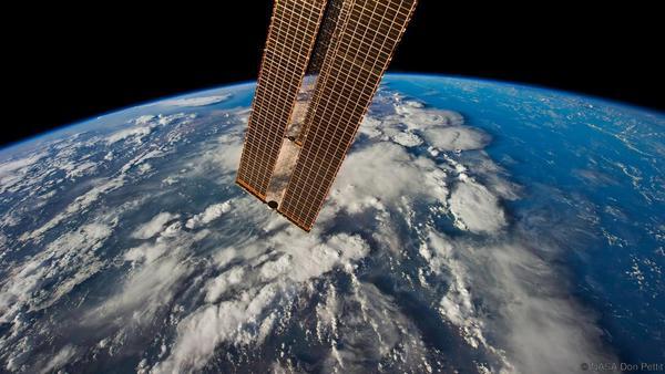 تم العثور على سحب طبقة الميزوسفير القطبية أو ما يسمى السحب المتألقة ليلاً noctilucent clouds على هامش الفضاء، ولكن ما زال من غير الواضح سبب تشكلها.