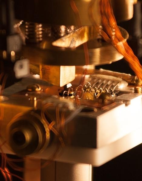 أداة مقاومة الأمواج الميكروية المجهرية، استُخدِمت ﻹبراز الشرائط الصغيرة للناقلية الكهربائية بين المناطق أو المجالات المغناطيسية لنوع من المواد والتي تُعرف كعازل مغناطيسي، وقد اخترع هذه الأداة الأستاذ شين في مخبر جامعة ستانفورد و SLAC ، وقد سمحت للعلماء برؤية هذه المناطق المُوصلة كهربائياً وبشكل مباشر للمرة الأولى.  حقوق الصورة: يونغتاو كوي/جامعة ستانفورد.