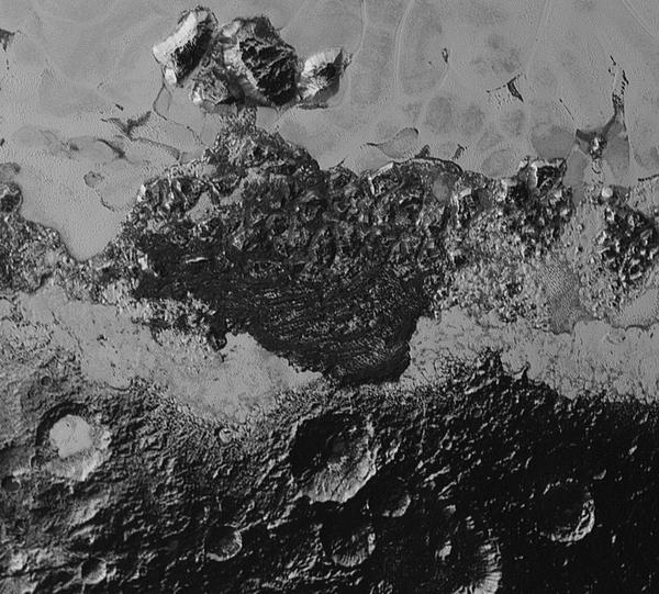 توضح هذه الصورة التي التقطتها المركبة الفضائية نيو هورايزنز مساحة واسعة من سطح بلوتو تقدر بـ 220 ميلا (350 كم)، كما تظهر التنوع الذي لا يصدق في الانعكاسات والتضاريس الجيولوجية على سطح هذا الكوكب القزم. تحتوي الصورة على منطقة مظلمة قديمة العهد وذات حفر سميكة جداً، وبجوارها منطقة حديثة العهد جيولوجياً وملساء. كما توجد أيضاً كتل متجمعة من الجبال، إضافة إلى حقل غامض مظلم وأخاديد متراصة تشكل الكثبان الرملية، ولا يزال أصلها قيد المناقشة والبحث. أصغر المعالم المرئية يبلغ حجمها نصف ميل (0.8 كم)، وقد التقطت هذه الصورة عندما كانت نيو هورايزنز تحلق عابرة بالقرب من بلوتو بتاريخ 14 يوليو/تموز لسنة 2015، وذلك من على مسافة تقدر بـ 50 ألف ميل (أي 80 ألف كم). المصدر: NASA/Johns Hopkins University Applied Physics Laboratory/Southwest Research Institute