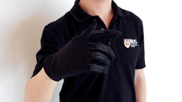 يتضمن القفاز مستشعراتٍ خيطيةً دقيقةً لإعداد مواضع ثلاثية الأبعاد ودقيقة لحركة اليد ما يسمح للمستخدمين محاكاة حركات التحكم المتنوعة في الألعاب من خلال الإيماءات البسيطة باليد. حقوق الصورة: National University of Singapore.