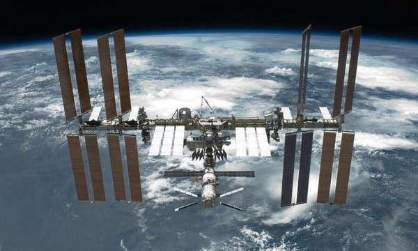تستطيع الميكروبات النجاة والعيش خارج محطة الفضاء الدولية لمدة سنتين تقريباً، إذا كان إشعاعها فوق البنفسجي محدوداً أو مُحيداً.Credit: NASA