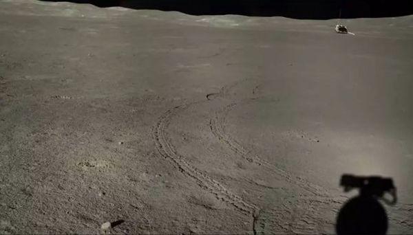 صورة مُعززة من Yutu-2 تتطلع إلى الخلف نحو مركبة الهبوط Chang'e-4 خلال اليوم القمري السابع وفي أواخر يونيو،حزيران وأوائل يوليو/تموز 2019. حقوق الصورة (China Lunar Exploration Project)