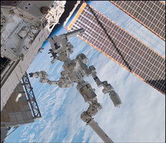 الذراع الروبوتية dextra وهي مرتبطة بنهاية محطة الفضاء الدولية