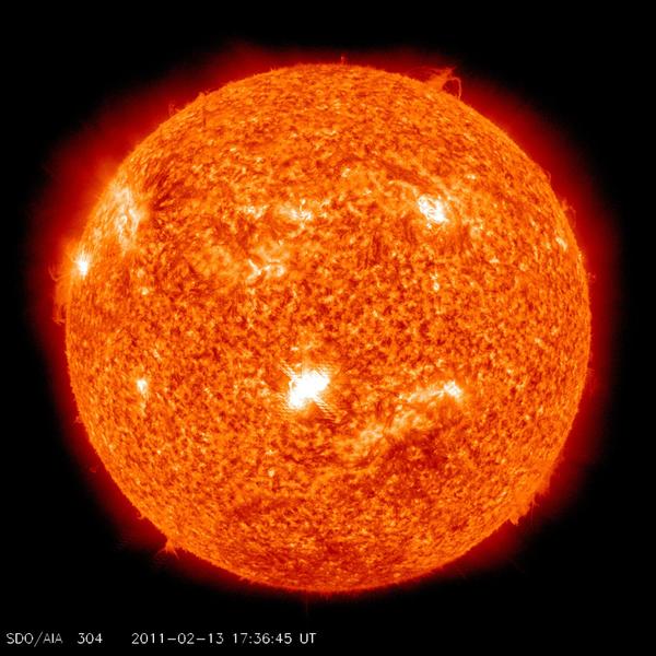 في 13 فبراير/شباط الساعة 17:38 حسب التوقيت العالمي، أطلقت البقعة الشمسية رقم 1158 أقوى توهجٍ شمسيٍ في ذلك العام، إذ نتج عنه كميةُ من الأشعة السينية تحت فئة M6.6، وسجّل مرصد الديناميكا الشمسية التابع لناسا ومضةً سريعةً مُكَثفة من الأشعة ما فوق البنفسجية، ويعود سبب هذا النشاط إلى النمو السريع للبُقعة الشمسية رقم 1158. مصدر الصورة: ناسا/مرصد الديناميكا الشمسية.