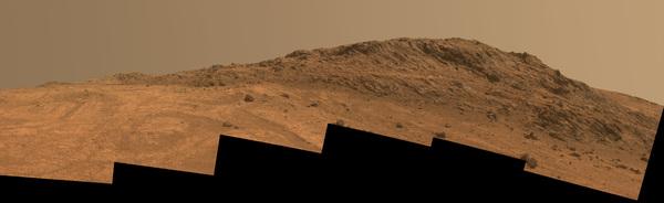 تظهر في هذا المشهد لكوكب المريخ التركيبة والألوان المتباينة في منطقة قمة هينرز Hinners Point، والتي تقع في الطرف الشمالي من وادي ماراثون Marathon Valley. كما تظهر أيضاً في الصورة مناطقُ حمراء دائرية الشكل نراها في قاع الوادي من جهة اليسار. المصدر: NASA/JPL-Caltech/Cornell Univ./Arizona State Univ