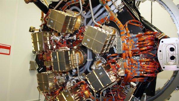 مكونات القلب الثاني للتلسكوب وهو نظام كاميرات الأشعة السينية. في محور كل مرآة هناك كاشف ccd حساس للغاية والذي تم تطويره من أجل تلسكوب إيروسيتا في مختبر أشباه الموصلات في جمعية ماكس بلانك Max Planck Society. هذه الكاشفات هي تطوّر إضافي لكاميرات الأشعة السينية الموجودة. حقوق الصورة: German Aerospace Center (DLR).
