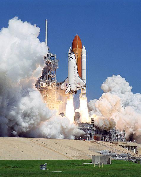 مكوك فضائي أثناء إقلاعه. على الرغم من أن الرحلات الفضائية تكلف أموالاً طائلة، إلا أن هذه المبالغ تستثمر بشكل جيد جداً. المصدر: ناسا