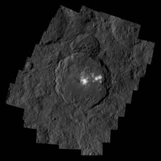 تظهر فوهة أوكيتور البركانية بقياس 57 ميلاً (92 كم) عرضاً و2.5 ميل (4 كم) عمقاً، والتي تحتوي على ألمع منطقة في سيريس.   مصدر الصورة: NASA/JPL-Caltech/UCLA/MPS/DLR/IDA/PSI