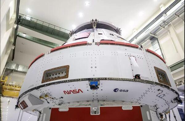 أُضيف شعار ناسا المتموج الدودي وشعار وكالة الفضاء الأوروبية إلى الجدار الخلفي لمحول وحدة طاقم المركبة الفضائية أورايون لمهمة آرتميس I. (حقوق الصورة: NASA / Frank Michaux)