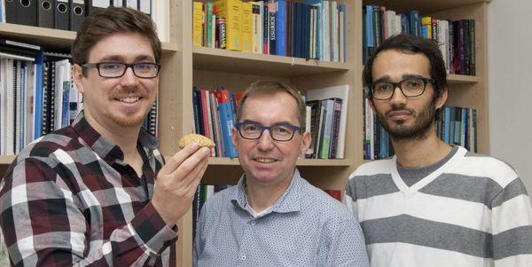 الأستاذ الدكتور (هانس-يورج شيربيرجر) رئيس قسم الأحياء العصبية في مركز الرئيسات الألماني (DPZ)، وعالم الأحياء العصبية دكتور شتيفان شافيلهوفر (يساراً)، واندريس اجوديلو-تورو (يميناً). حقوق الصورة: Karin Tilch.