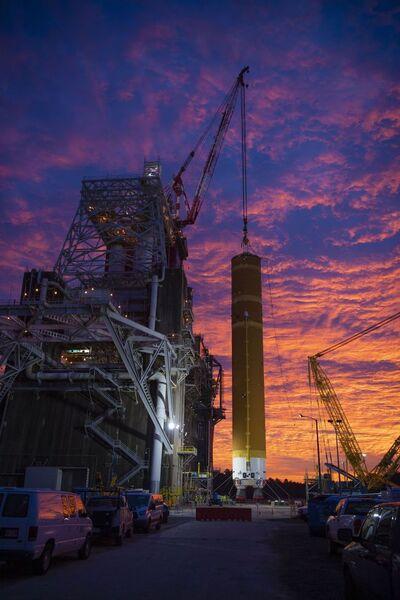 وصلت القطعة المركزية الأولى الخاصة بـ SLS إلى مركز ستينس الفضائي في ميسيسيبي في يناير/كانون الثاني 2020. حقوق الصورة: NASA/SSC