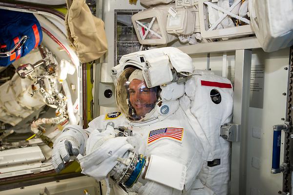 رائد الفضاء ريد وايزمان يتحقق من بزته استعدادا لأول عملية سير في الفضاء Expedition 41