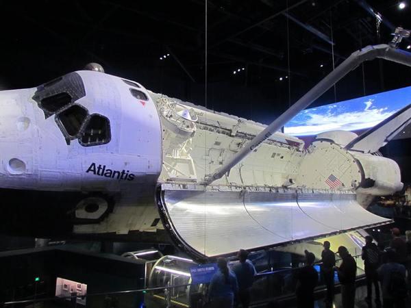 المكوك أتلانتس في قاعة العرض المخصصة له في مركز كينيدي للفضاء