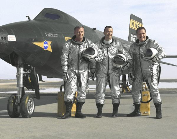 """طيارو ناسا ميلتون أو تومبسون Milton O. Thompson وويليام إتش بيل دانا William H. """"Bill"""" Dana، وجون بي جاك ماك كاي John B. """"Jack"""" McKay، حيث تم التقاط صورة لهم من أمام طائرة X-15 No. 2 البحثية المدعمة بالصواريخ عام 1996."""