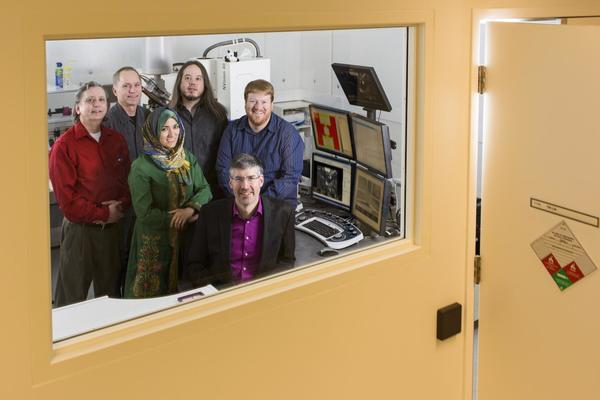 مارك فريمان مع أعضاء الفريق من جامعة ألبرتا والمعهد الوطني لتكنولوجيا النانو. حقوق الصورة: جون أولان لجامعة ألبرتا.