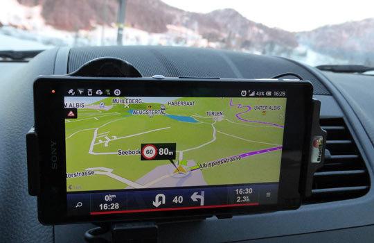 يمكن استعمال أنظمة الملاحة الموجودة في الهواتف النقالة ضمن السيارات.