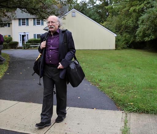 أستاذ جامعة برينستون دنكان هالدين يترك منزله بعد أن أعلن أنه قد حصل على جائزة نوبل في الفيزياء 2016 في وقت مبكر الثلاثاء 4 أكتوبر، 2016،. حيث تشارك الجائزة مع كل من زميليه العالمين ديفيد ثاوليس ومايكل كوستيرليتز  المصدر (AP Photo/Mel Evans)