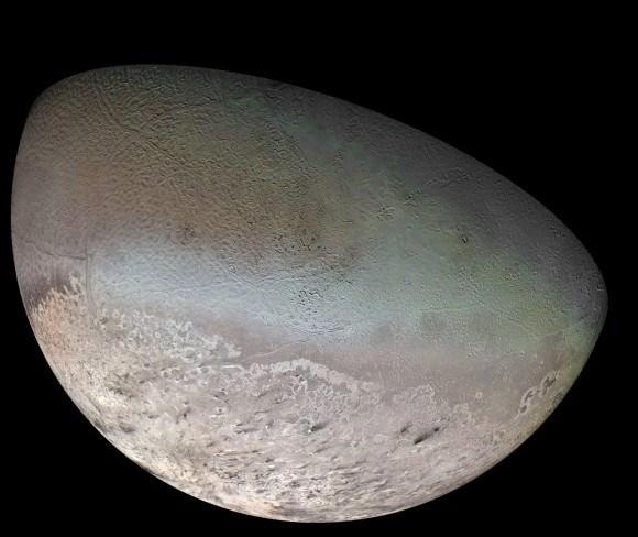 (فسيفساء لونية لتريتون، التقطت بواسطة مركبة فوياجر 2 عام 1989، حقوق الصورة: NASA/JPL/USGS )