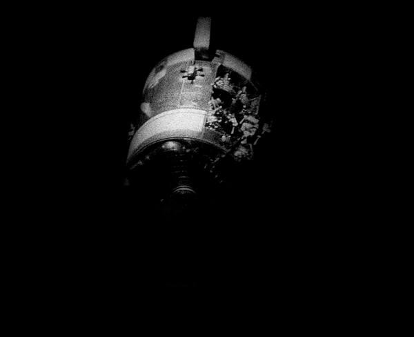 صورة لوحدة خدمة أبولو 13 المحطَّمة بعد الانفصال. الحقوق: NASA