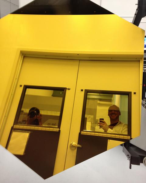 إحدى مرايا التلسكوب سداسية الشكل في شركة بول للطيران قبل شحنها إلى مركز غودارد