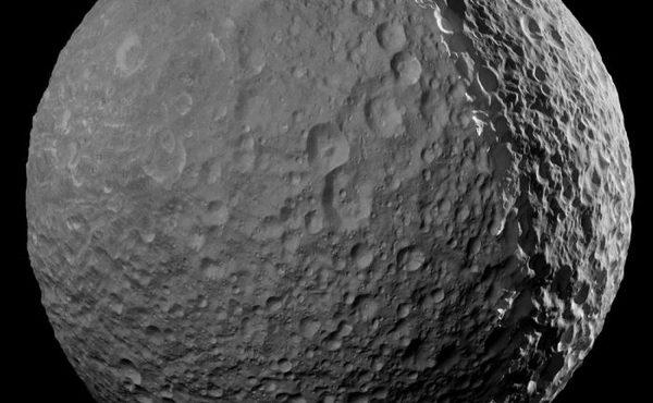 هذه الصورة الفسيفسائية لميماس مكونة من صور مأخوذة بواسطة مسبار كاسيني ومضاءة لعرض السطح كاملاً. Credit: NASA/JPL-Caltech/Space Science Institute.
