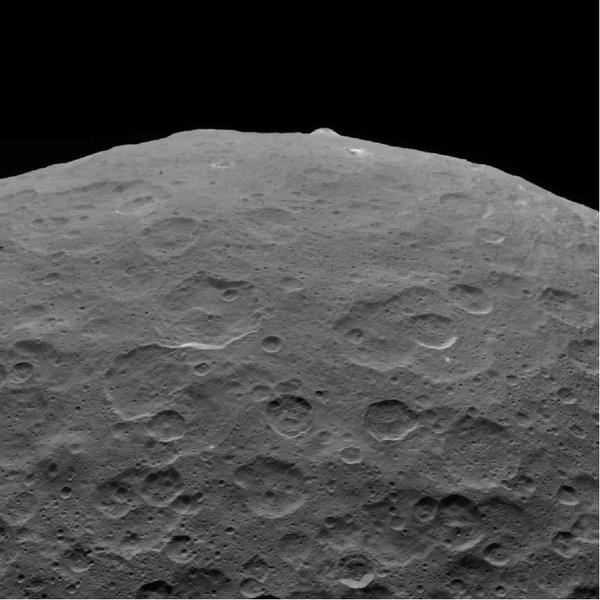 كانت هذه الصورة لسيريس لأحد معالمه الرئيسية، جبل أهونا، واحدة من آخر الصور التي أرسلتها داون التابعة لناسا قبل أن تستنفد ما تبقى من وقود الهيدرازين الخاص بها. تم التقاط هذا المشهد، الذي يواجه جهة الجنوب، في الأول من سبتمبر/أيلول 2018، على ارتفاع 2220 ميلاً (3570 كيلومتراً) أثناء انتقال المركبة مرتفعةً في مدارها الإهليلجي. حقوق الصورة: NASA/JPL-Caltech/UCLA/MPS/DLR/IDA