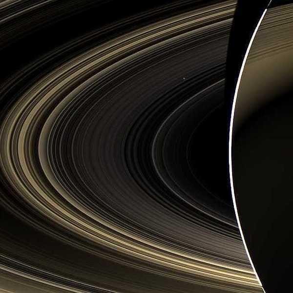 قام المسبار الفضائي كاسيني الذي يدور حول كوكب زحل بتصوير كوكب الزهرة عبر حلقات زحل، حيث يبدو كنقطة بيضاء صغيرة في هذه الصورة. المصدر: NASA/JPL-Caltech/Space Science Institute
