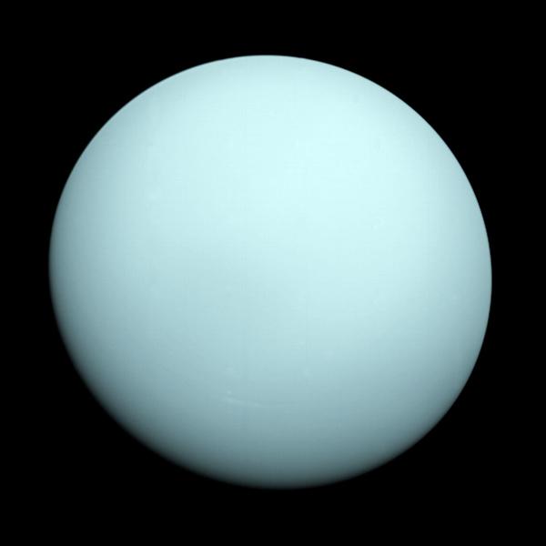 رصدت مركبة فوياجر 2 عند وصولها إلى كوكب أورانوس في سنة 1986، وجود مدارٍ أزرق اللون يحتوي على بعض المعالم الغامضة جداً. كما رصدت فوياجر 2 وجود طبقة من الضباب تعمل على إخفاء معالم سحابة الكوكب عن الأنظار.   المصدر: NASA/JPL-Caltech
