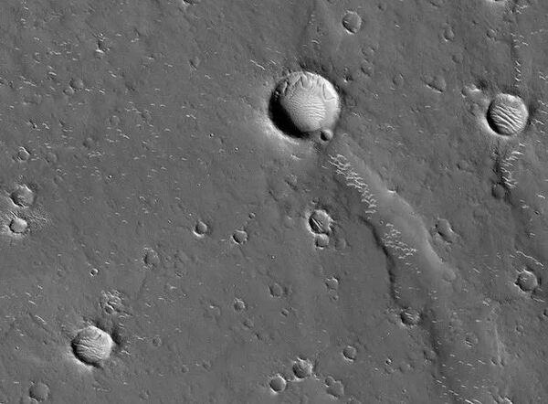 مقطع لفوهة يوتوبيا بلانيتيا التصادمية على كوكب المريخ كما صورته كاميرا هايرايز HiRISE اختصارًا لكاميرا مهمة التصوير عالي الدقة العلمية الموجودة على متن مركبة استكشاف المريخ المدارية التابعة لناسا. ستهبط المركبة الفضائية الصينية تيانوين 1 على المريخ ضمن قسم من فوهة يوتوبيا بلانيتيا خلال العام المقبل. (حقوق الصورة: NASA / JPL / UArizona)