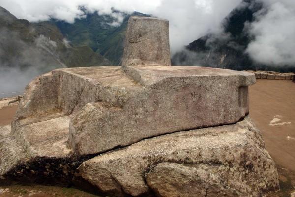 صورة لصخرة إنتيهواتانا Intihuatana المسماة أيضاً بصخرة تقييد الشمس في ماتشو بيتشو في البيرو والتي كانت تستخدم لتعقب الشمس على مدار العام.