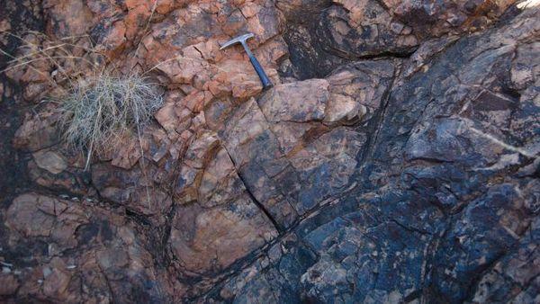 هذه الوسائد البازلتية Pillow basalt كست قاع البحر منذ حوالي 3.2 مليار سنة. حقوق الصورة: Benjamin Johnson
