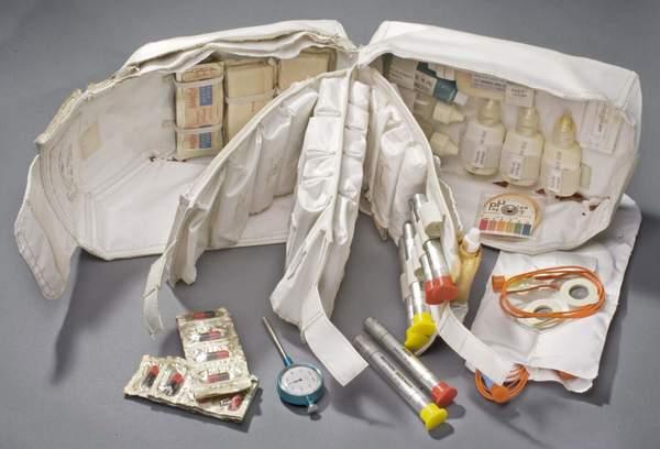 تم إرسال هذه المجموعة الطبية مع بعثات أبولو، واحتوت ضمادات وقطرات عينية وأنفية بالإضافة للحبوب المنوّمة والحقن الذاتية وذلك لتسكين الآلام ودوار السفر