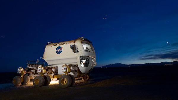 تعمل وكالة ناسا حالاً على صنع عربة قادرة على التنقل بين التضاريس الصعبة. وسيطلق عليها اسم عربة استكشاف الفضاء متعددة المهام (Multi-Mission Space Exploration Vehicle) أو اختصاراً MMSEV. المصدر: ناسا.