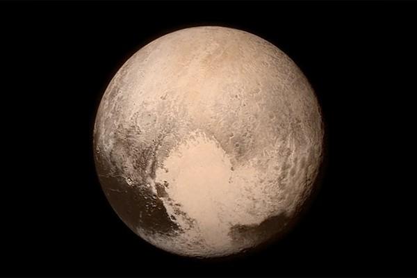 """التقط جهاز الاستطلاع بعيد المدى الموجود على متن مركبة """"نيو هورايزنز New Horizons"""" التابعة لناسا هذه الصورة لسطح بلوتو في عام 2015. حقوق الصورة: NASA / JHUAPL / Southwest Research Institut"""