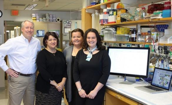 من اليسار الدكتور دان ليبلر، الدكتورة سيمونا كورديان، الدكتورة بيث آن ماكلولين، طالبة الدراسات العليا آيمي بالوبينسكي، الذين اكتشفوا مفتاح الحماية العصبية والذي قد يؤدي إلى طرق جديدة لتلافي اضطرابات التنكس العصبي