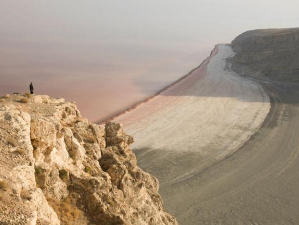 تُعتبر بحيرة أرومية، في إيران، موطناً مهماً للطيور، وكانت تستخدم كوجهة سياحية شهيرة. إنها تجف بسبب تغير المناخ وقضايا الإدارة. حقوق الصورة: Photograph By Newsha Tavakolian, Nat Geo Image Collection