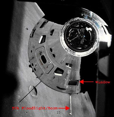 صورة لوحدة القيادة والخدمات في مركبة أبولو ملتقطة من المركبة القمرية في بعثة أبولو 17 تظهر موقع نشاط ذراع الضوء الكشّاف خارج المركبة المصدر: NASA