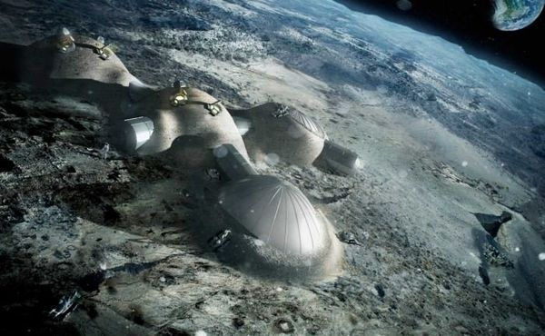 وضعت وكالة الفضاء الأوربية (ESA) خطتها مؤخراً لبناء قاعدة قمرية بحلول ثلاثينيات هذا القرن، وذلك بالاشتراك مع شركة فوستر وشركائه، والشركة الأخيرة هي جزء من ائتلاف أسسته وكالة الفضاء الأوربية لاستكشاف إمكانيات الطباعة ثلاثية الأبعاد في بناء مساكن قمرية. المصدر: ESA/Foster + Partners