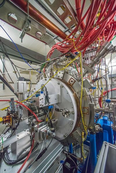 صورة للنموذج الأولي من مصدر الإلكترونات الجديد المستخدم في مصدر الضوء المترابط للمسرع الخطي الثاني.  المصدر: Berkeley Lab
